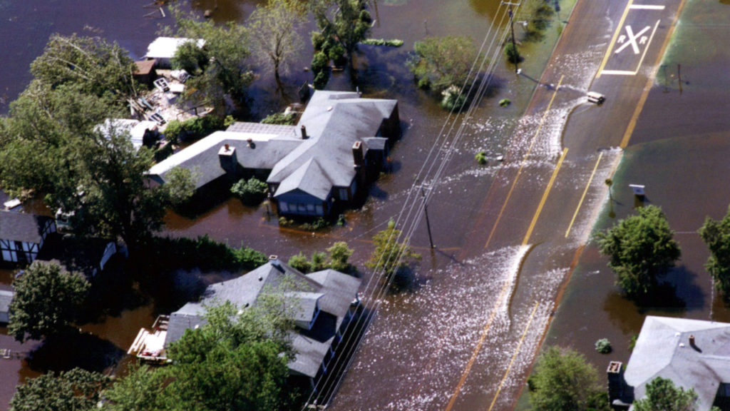 The Tar River floods homes in Greenville after Floyd. (Image by Dave Saville/FEMA)