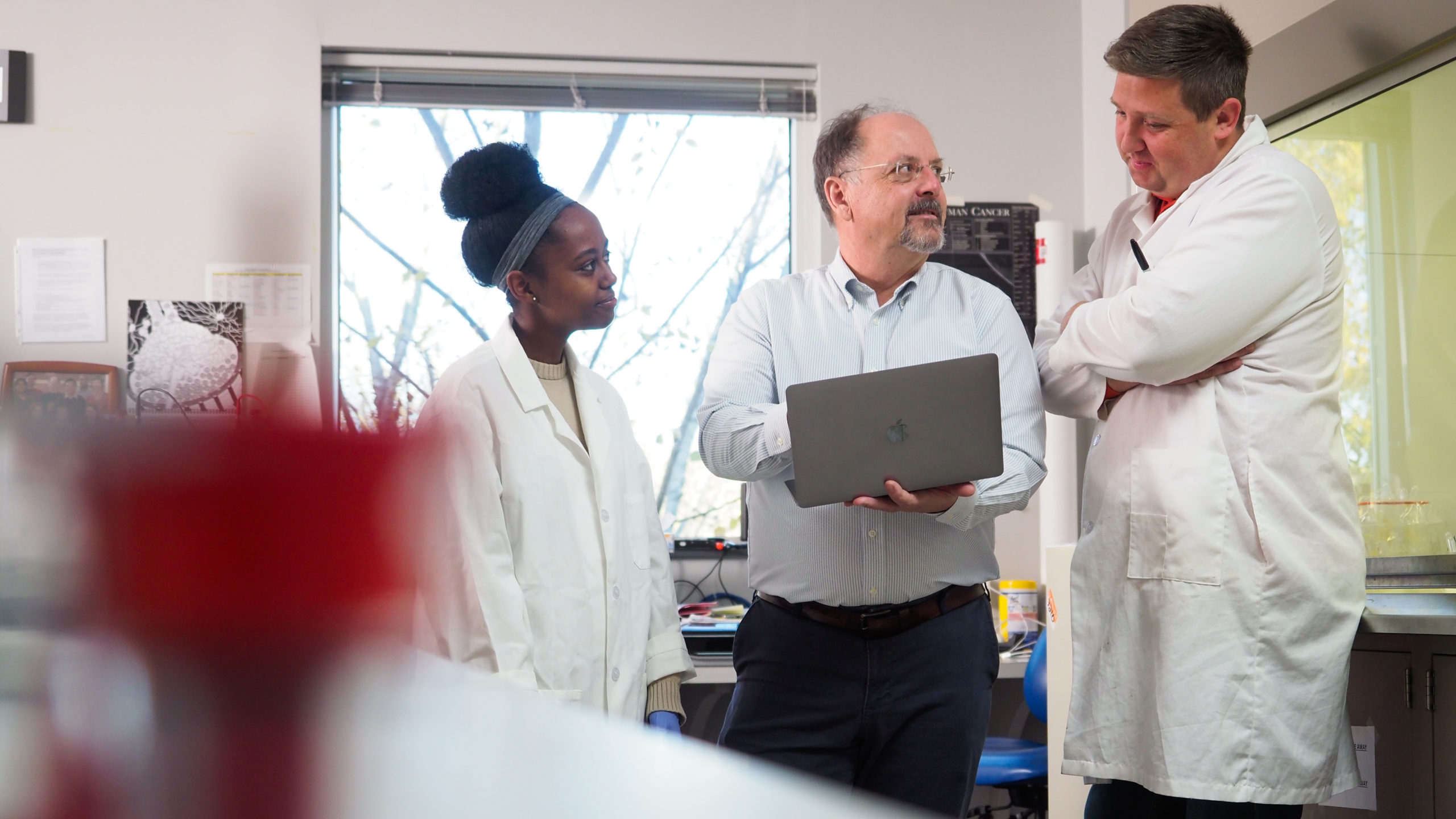 Rob Smart and students discuss research in his lab
